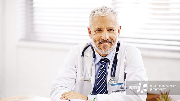 Ông J.R Smith - Tiến sĩ y học Trường đại học Edinburgh nước Anh đã nghiên cứu về bệnh thấp khớp trên 30 năm. Hiện là thành viên Viện y học Hoàng gia Anh chuyên gia chăm sóc sức khỏe cho Hoàng Gia nước Anh là Viện trưởng Trung tâm nghiên cứu bệnh thấp khớp