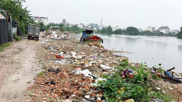 Sông Vàm Thuật (đoạn qua phường 5, quận Gò Vấp, TPHCM) bị rác thải xâm lấn dòng chảy. Ảnh: BÙI ANH TUẤN