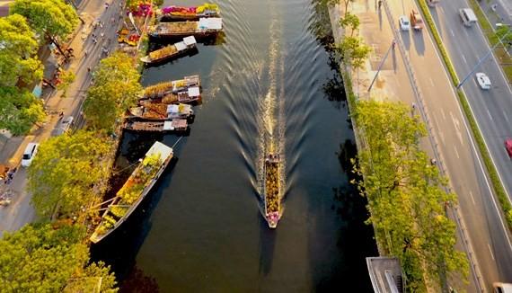 Boats carrying flowers run along Kenh Te canal and dock at Binh Dong pier.  (Photo: Sggp)