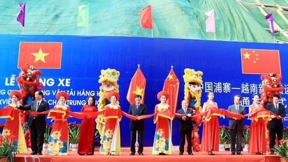 Officials cut the ribbon to open the Tan Thanh - Pu Zhai specialised route for goods transportation at the ceremony in Lang Son province on March 21 (Photo: VNA)