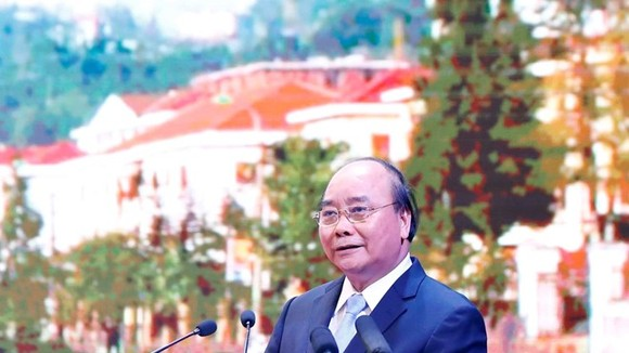 Prime Minister Nguyen Xuan Phuc delivers a speech at the trade, investment and tourism promotion conference of Lao Cai province on July 20 (Photo: VNA)