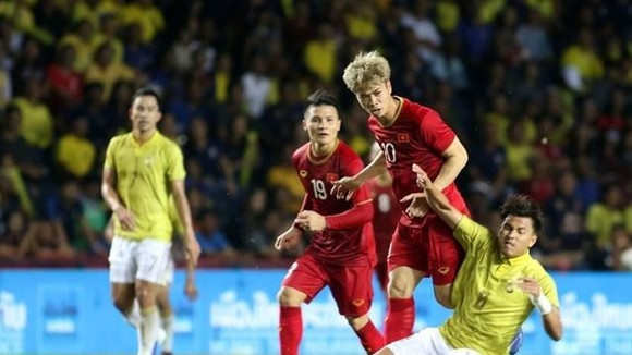 Vietnam's team (in red jersey) in a recent international event. They will face Thailand on September 5 in the Asian zone's second qualifying round for the World Cup 2020. (Photo: nld.vn)
