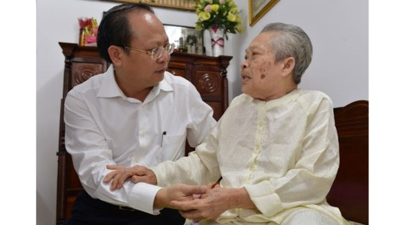 Deputy Party secretary and deputy chairman of the People's Committee of Ho Chi Minh City Tat Thanh Cang sends gift of Vietnamese President to heroic mother Nguyen Thi Sang (Photo:Viet Dung)