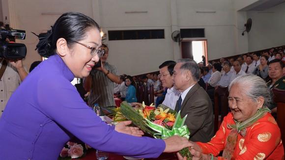 Phó Bí thư Thành ủy TPHCM Võ Thị Dung tặng hoa cho Mẹ Việt Nam anh hùng nhân buổi họp mặt. Ảnh: VIỆT DŨNG