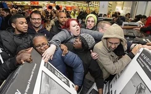 Người dân đổ xô đi mua hàng trong ngày Thứ Sáu đen tối. (Ảnh: Reuters)