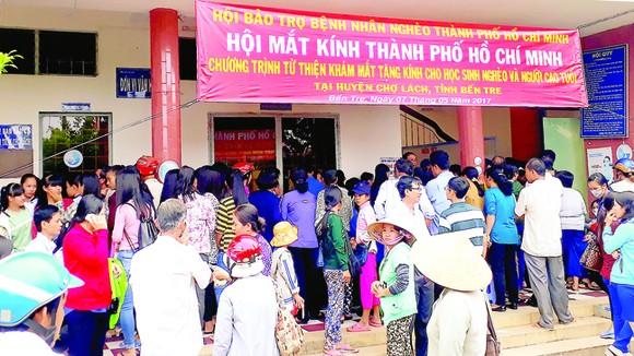 Đông đảo người dân ở huyện Chợ Lách,  tỉnh Bến Tre chờ được khám mắt và cấp kính