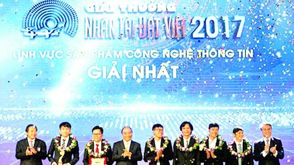 Thủ tướng Nguyễn Xuân Phúc trao giải nhất giải thưởng Nhân tài Đất Việt 2017