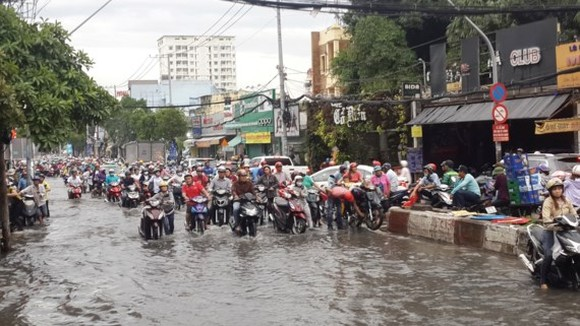 Huynh Tan Phat street inundated after a heavy rain on June 21 (Photo: SGGP)