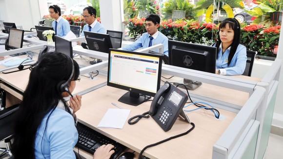 Ứng dụng công nghệ thông tin phục vụ khách hàng sử dụng điện tại Tổng Công ty Điện lực miền Nam. Ảnh: CAO THĂNG