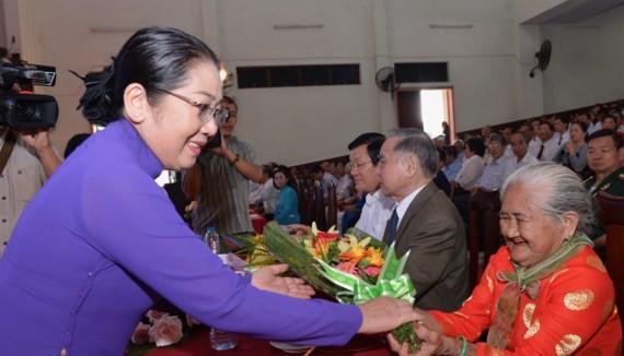 市委副書記武氏蓉向越南英雄母親送花祝賀。