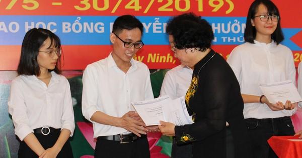Trao học bổng Nguyễn Văn Hưởng lần thứ 21:
