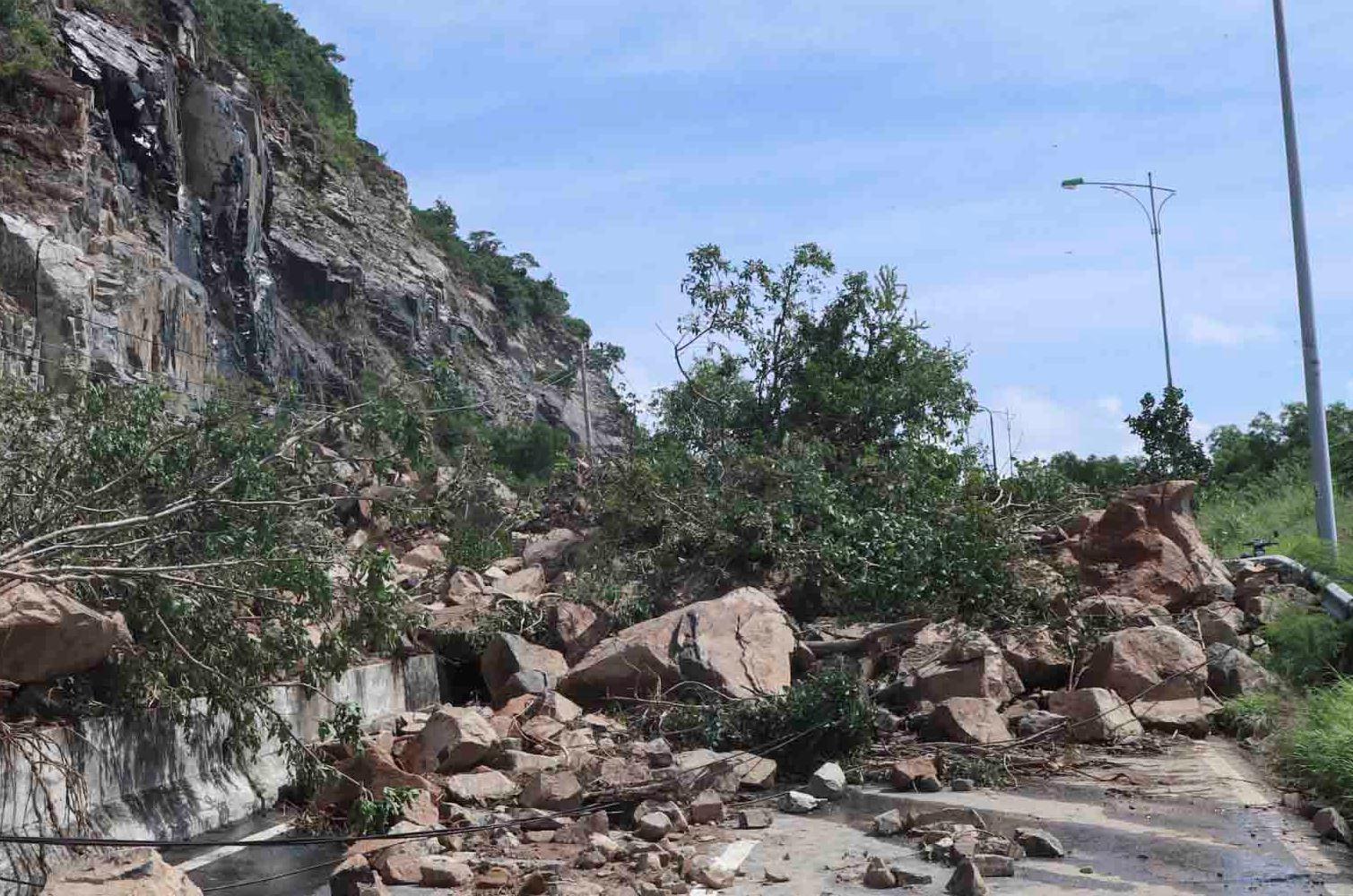 Nhiều tuyến đường huyết mạch ở tỉnh Khánh Hòa tan hoang sau mưa bão ảnh 1