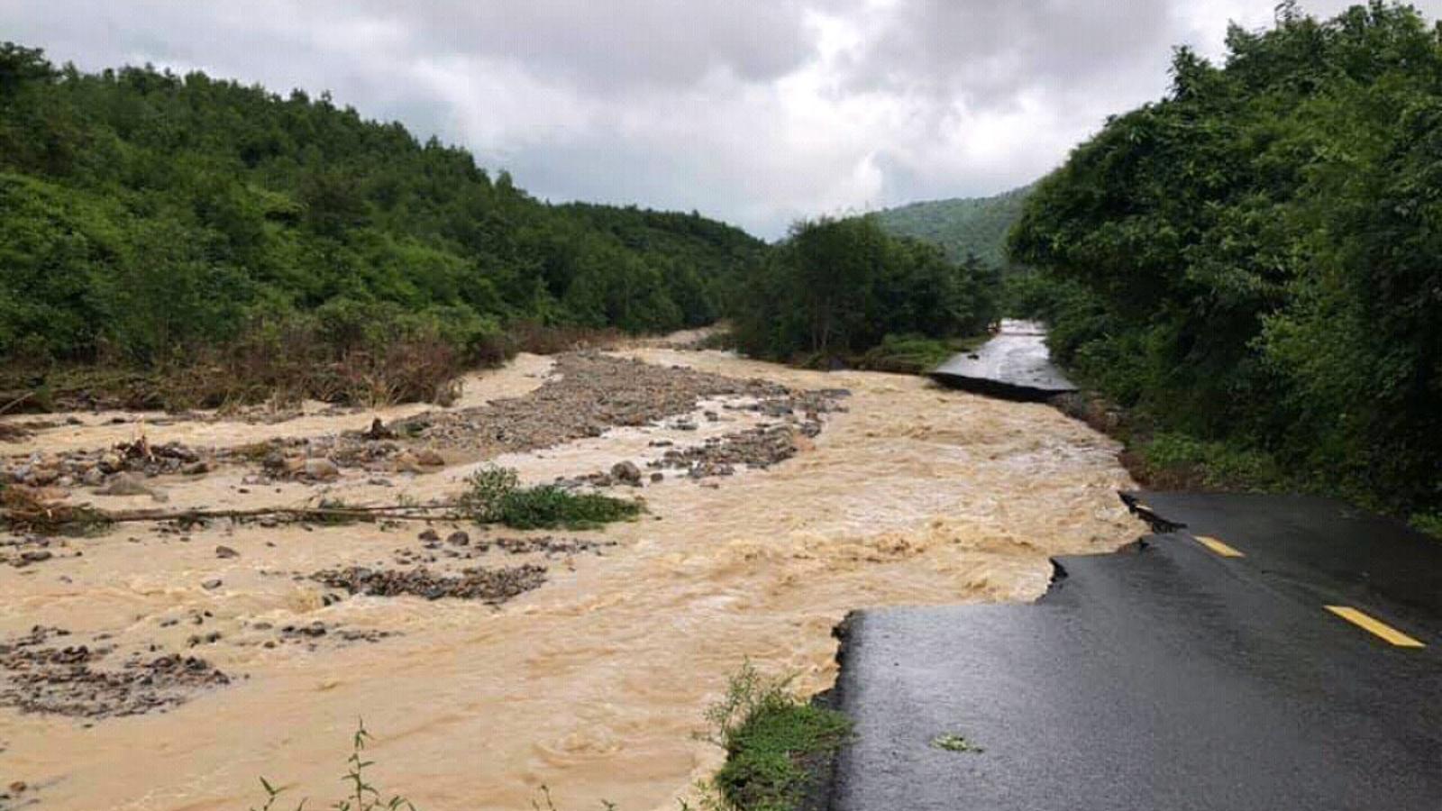 Nhiều tuyến đường huyết mạch ở tỉnh Khánh Hòa tan hoang sau mưa bão ảnh 5