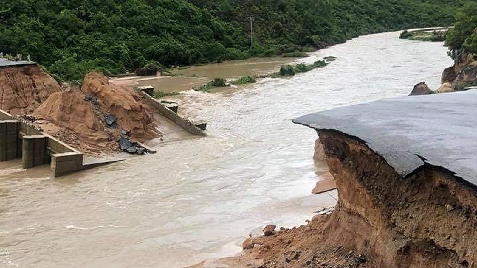 Nhiều tuyến đường huyết mạch ở tỉnh Khánh Hòa tan hoang sau mưa bão ảnh 6