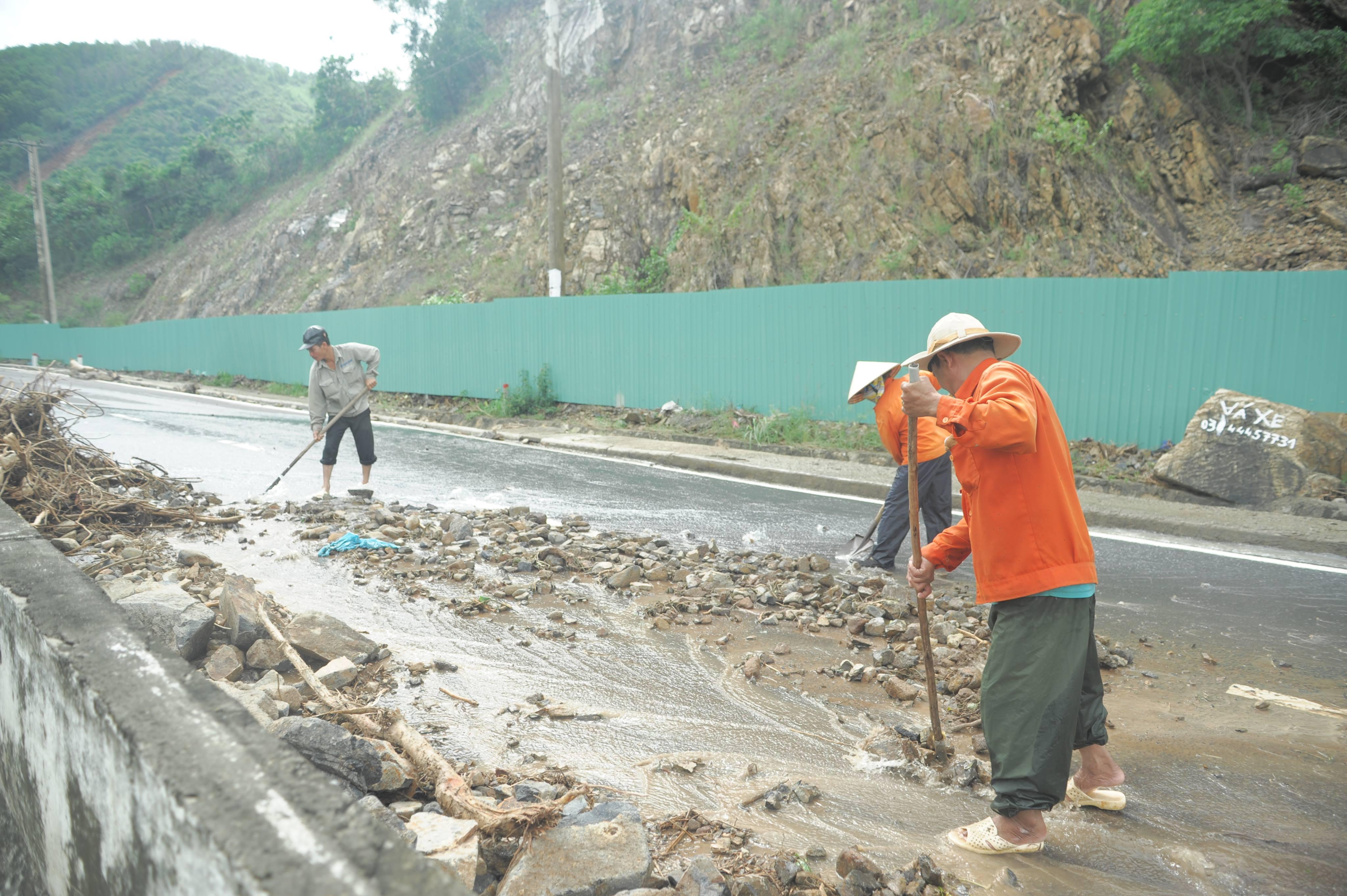 Nhiều tuyến đường huyết mạch ở tỉnh Khánh Hòa tan hoang sau mưa bão ảnh 15