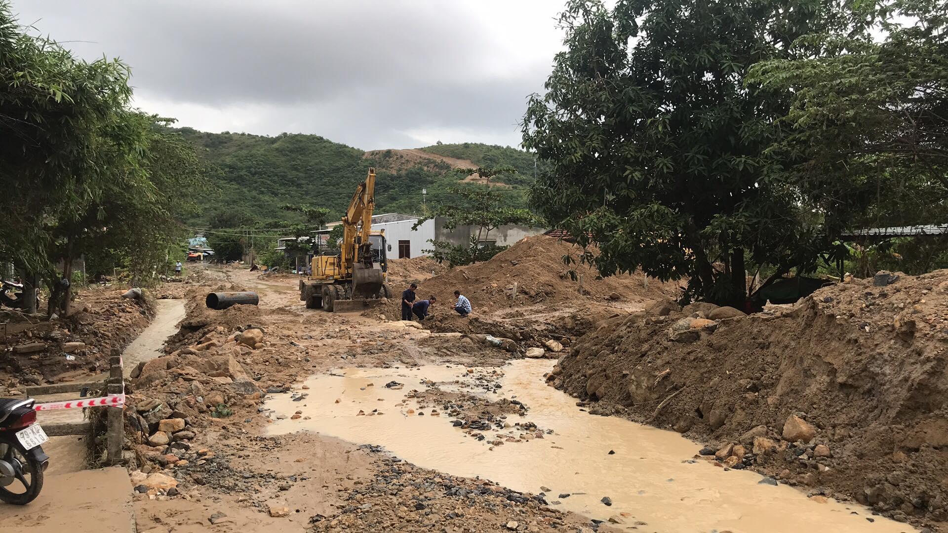 Nhiều tuyến đường huyết mạch ở tỉnh Khánh Hòa tan hoang sau mưa bão ảnh 13