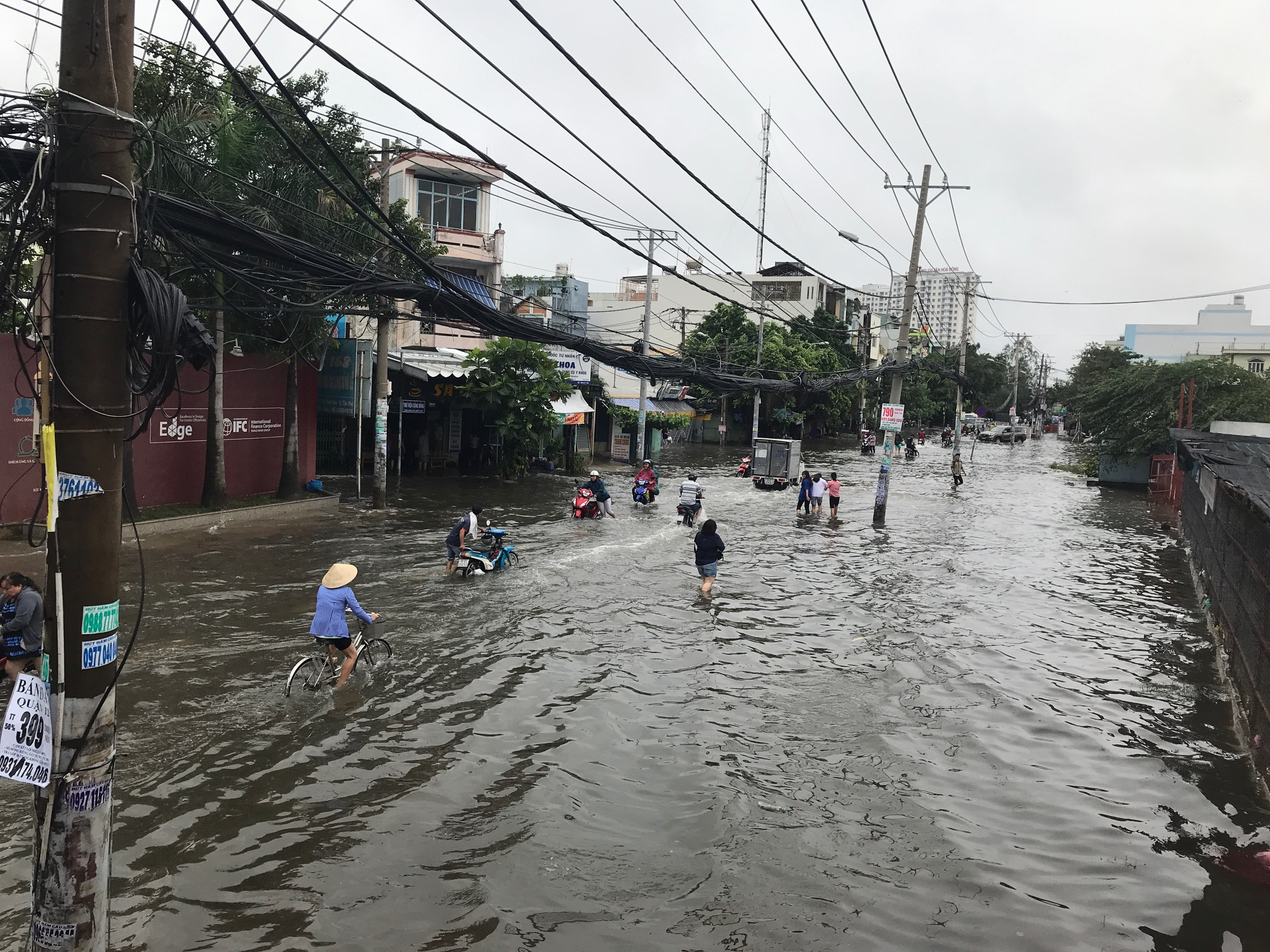 TPHCM ngập, giao thông ùn ứ sau cơn mưa kéo dài do ảnh hưởng bão số 9 ảnh 15