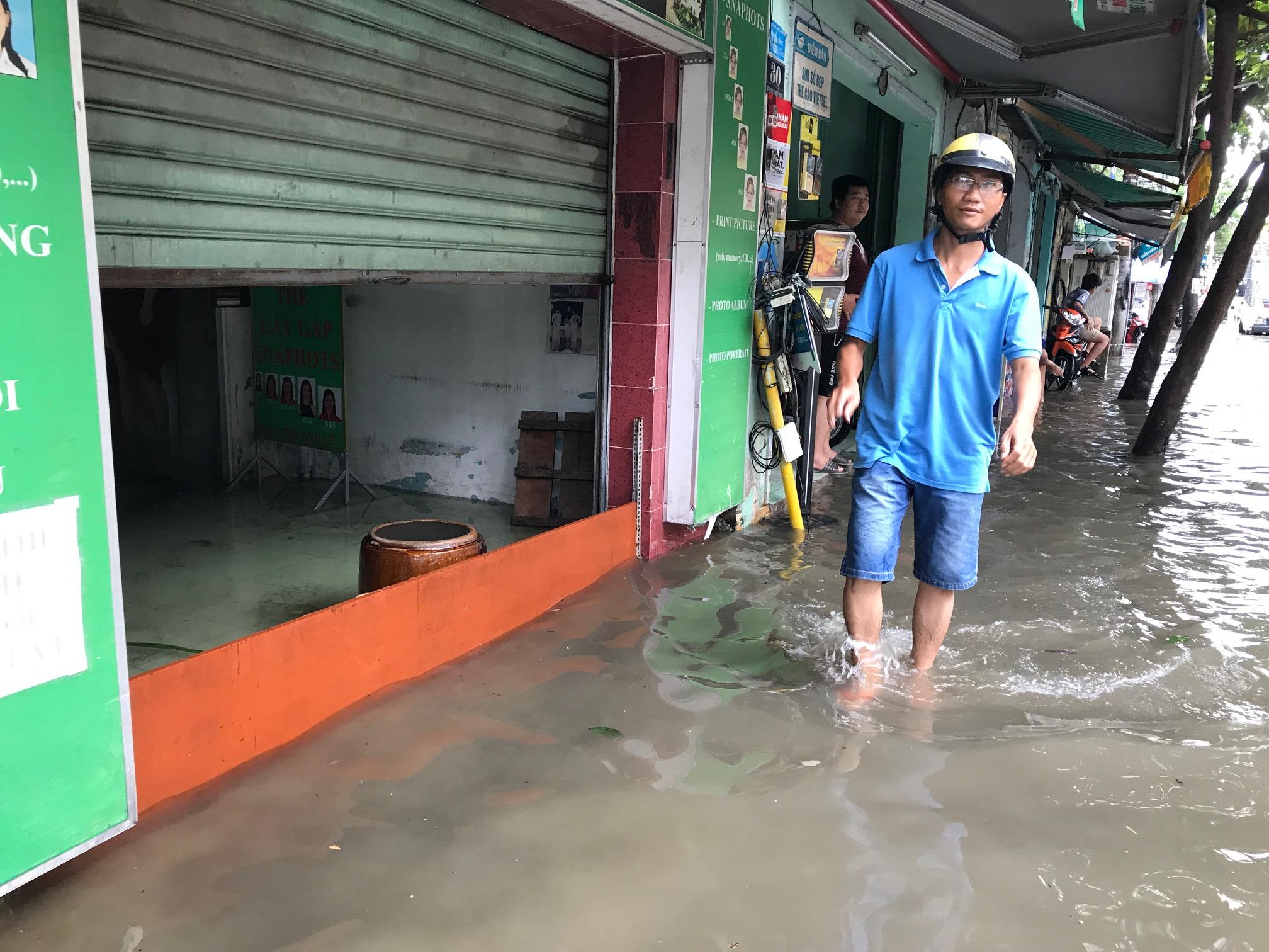 TPHCM ngập, giao thông ùn ứ sau cơn mưa kéo dài do ảnh hưởng bão số 9 ảnh 11