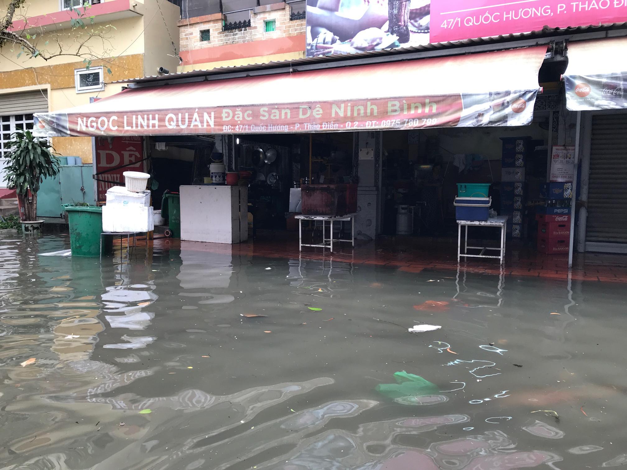 TPHCM ngập, giao thông ùn ứ sau cơn mưa kéo dài do ảnh hưởng bão số 9 ảnh 10