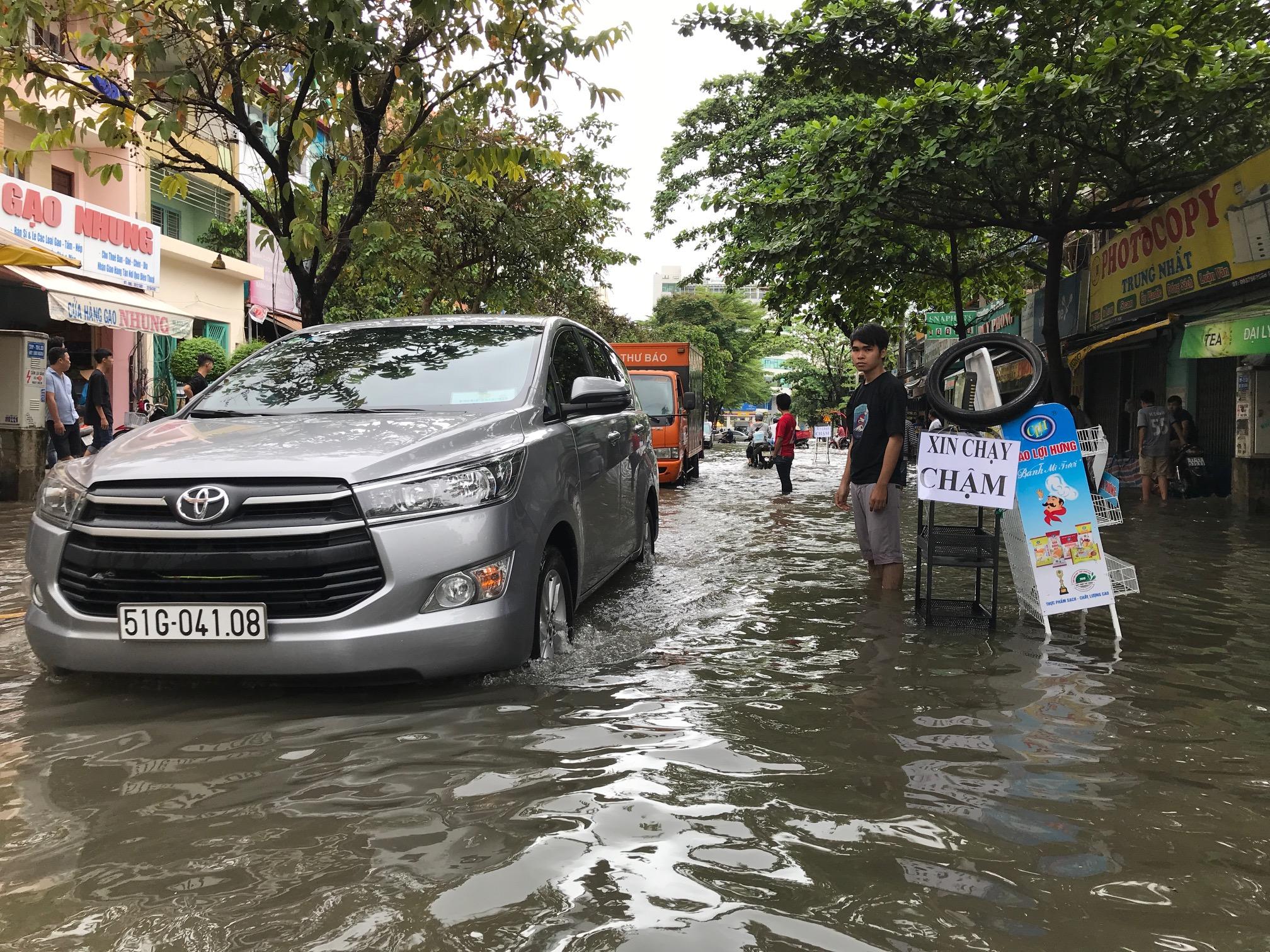 TPHCM ngập, giao thông ùn ứ sau cơn mưa kéo dài do ảnh hưởng bão số 9 ảnh 7