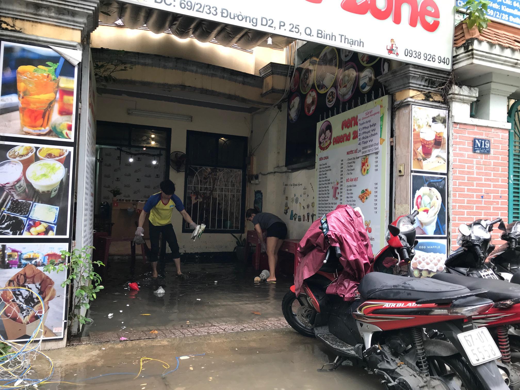 TPHCM ngập, giao thông ùn ứ sau cơn mưa kéo dài do ảnh hưởng bão số 9 ảnh 12