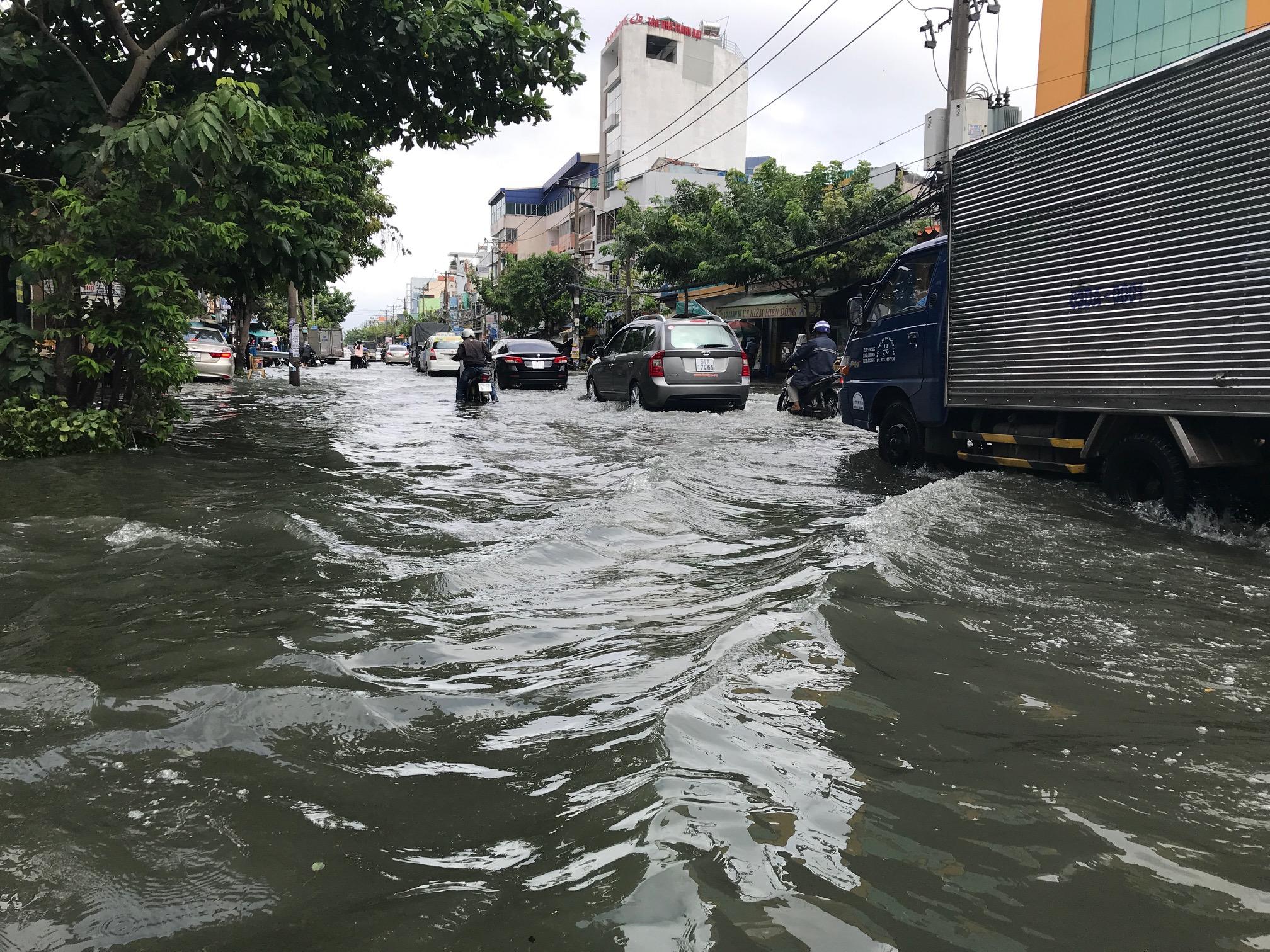TPHCM ngập, giao thông ùn ứ sau cơn mưa kéo dài do ảnh hưởng bão số 9 ảnh 6
