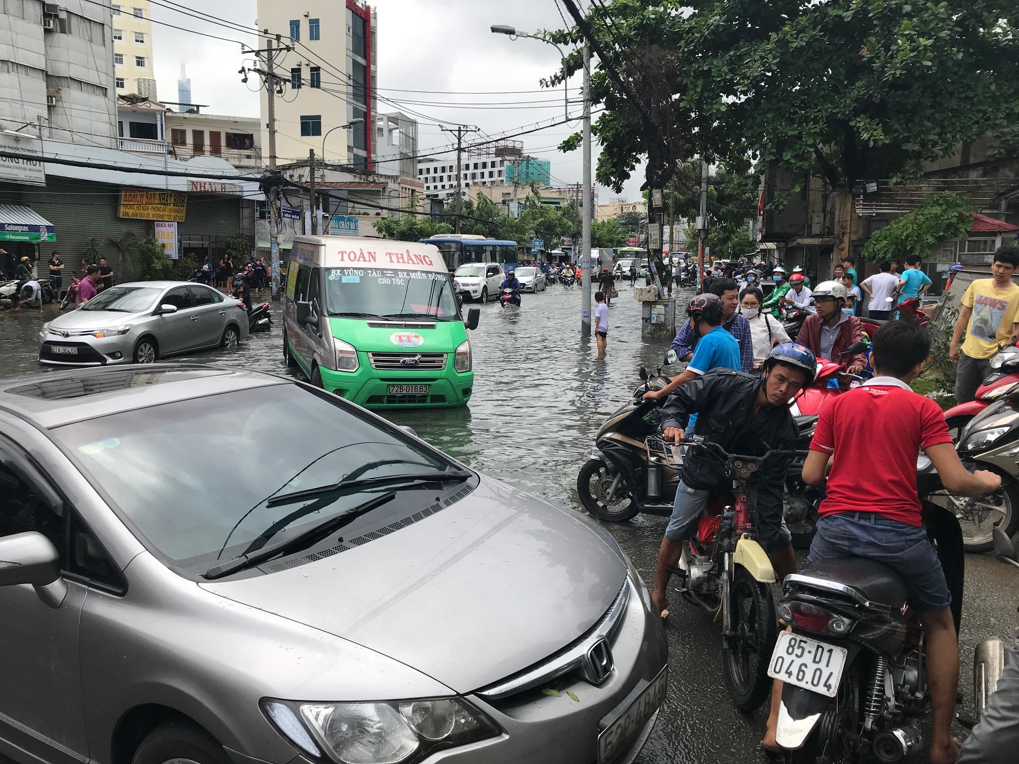 TPHCM ngập, giao thông ùn ứ sau cơn mưa kéo dài do ảnh hưởng bão số 9 ảnh 5