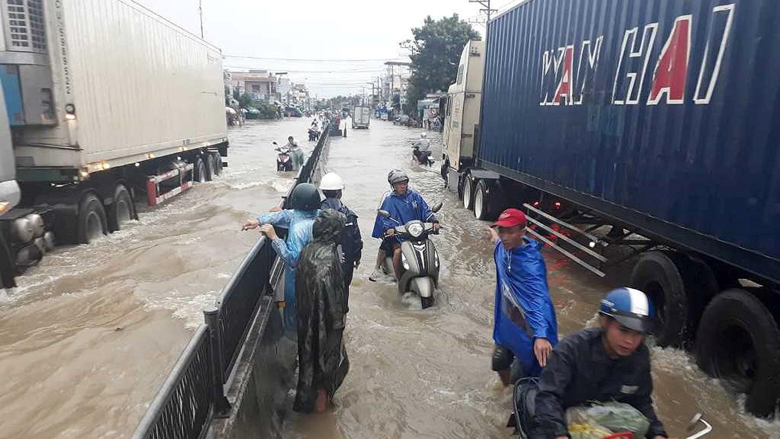 Nhiều tuyến đường huyết mạch ở tỉnh Khánh Hòa tan hoang sau mưa bão ảnh 11