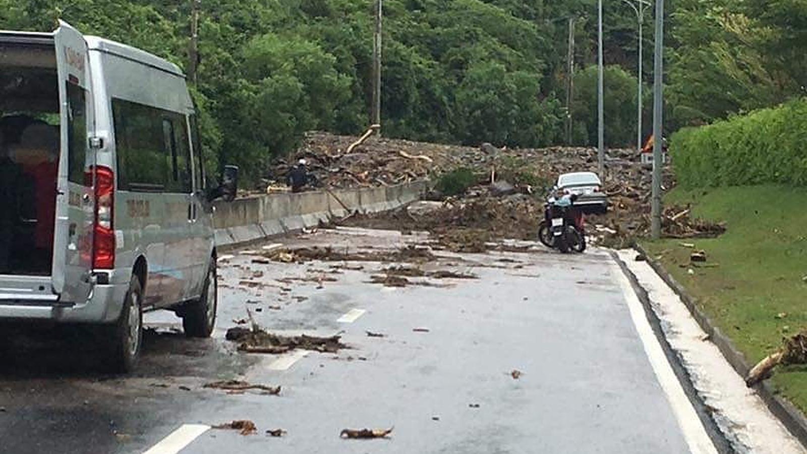 Nhiều tuyến đường huyết mạch ở tỉnh Khánh Hòa tan hoang sau mưa bão ảnh 2