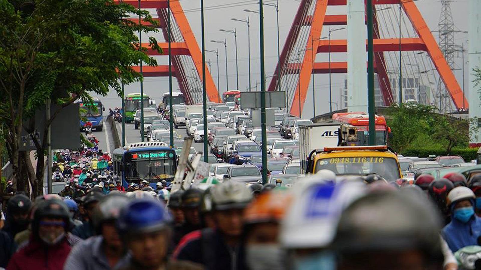 TPHCM ngập, giao thông ùn ứ sau cơn mưa kéo dài do ảnh hưởng bão số 9 ảnh 40