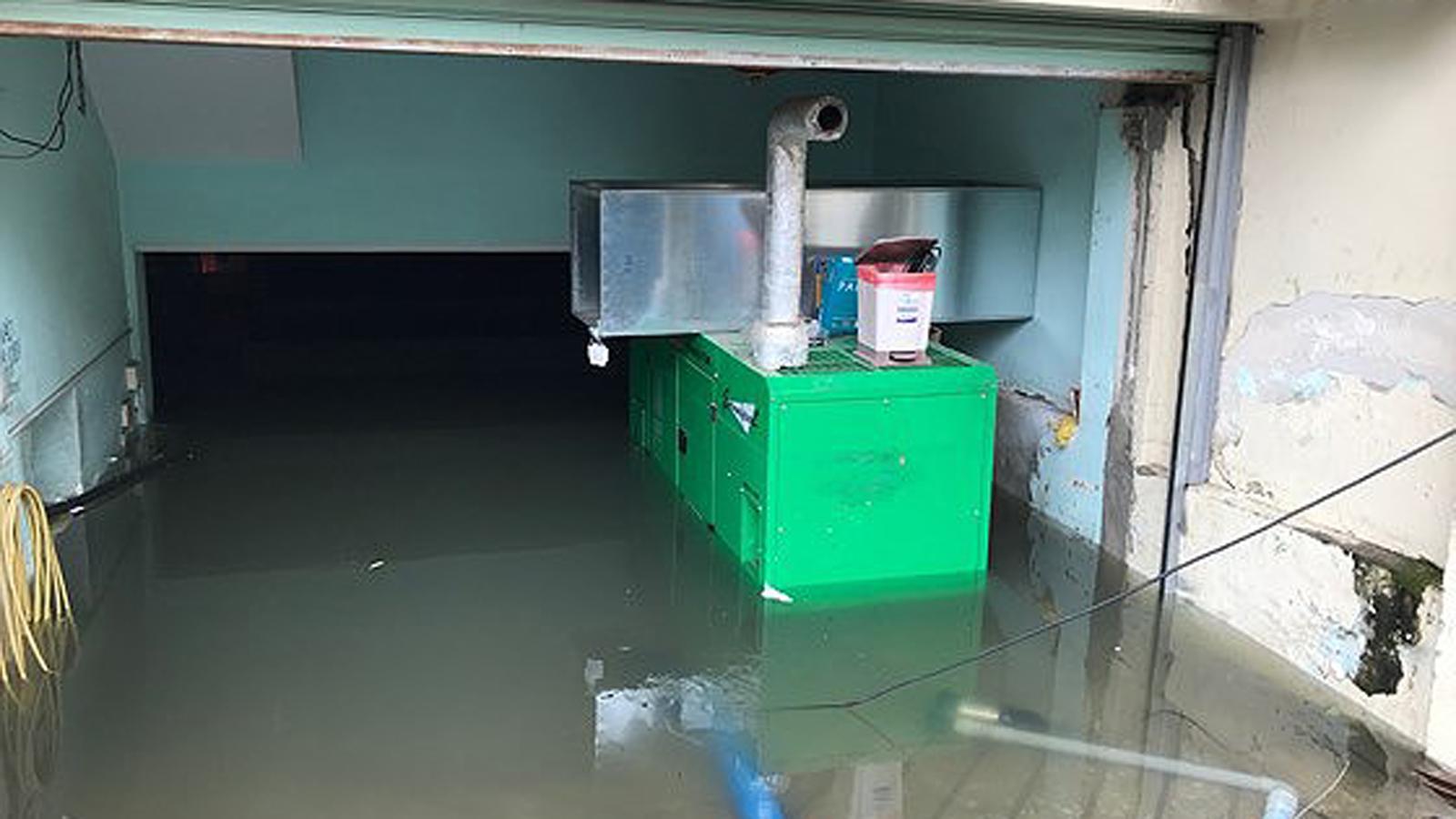 TPHCM ngập, giao thông ùn ứ sau cơn mưa kéo dài do ảnh hưởng bão số 9 ảnh 14