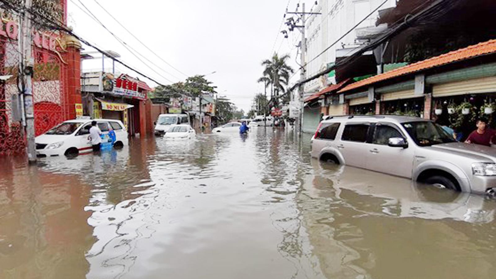 TPHCM ngập, giao thông ùn ứ sau cơn mưa kéo dài do ảnh hưởng bão số 9 ảnh 9