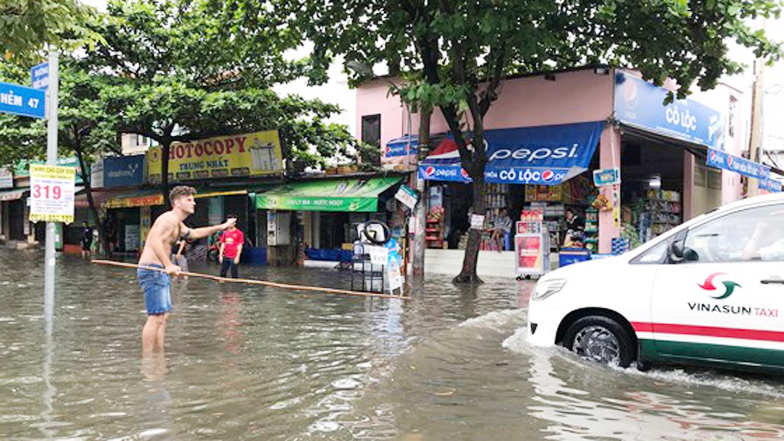 TPHCM ngập, giao thông ùn ứ sau cơn mưa kéo dài do ảnh hưởng bão số 9 ảnh 13
