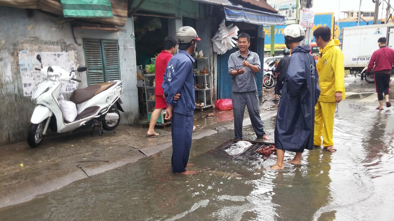TPHCM ngập, giao thông ùn ứ sau cơn mưa kéo dài do ảnh hưởng bão số 9 ảnh 44