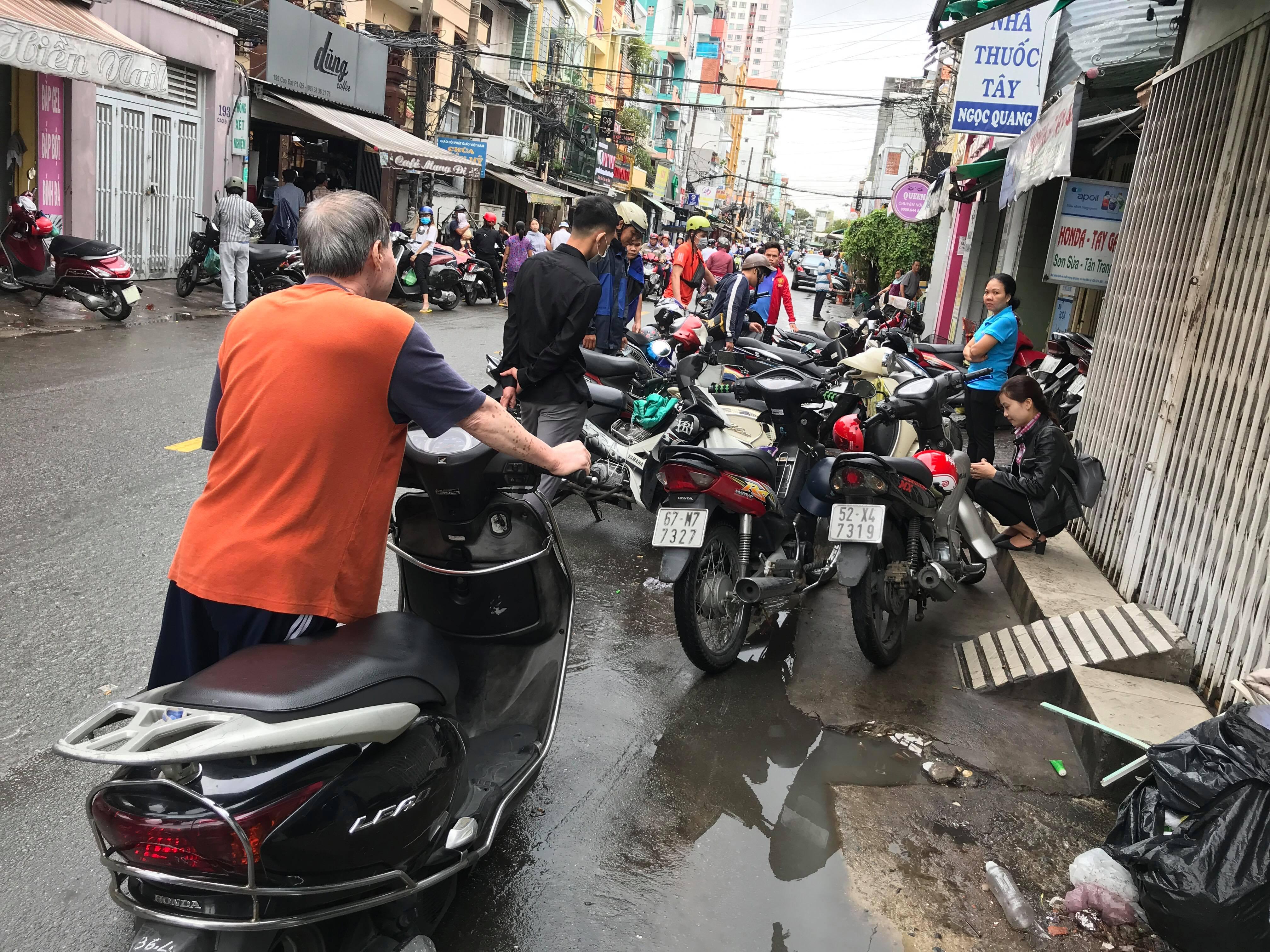 TPHCM ngập, giao thông ùn ứ sau cơn mưa kéo dài do ảnh hưởng bão số 9 ảnh 3