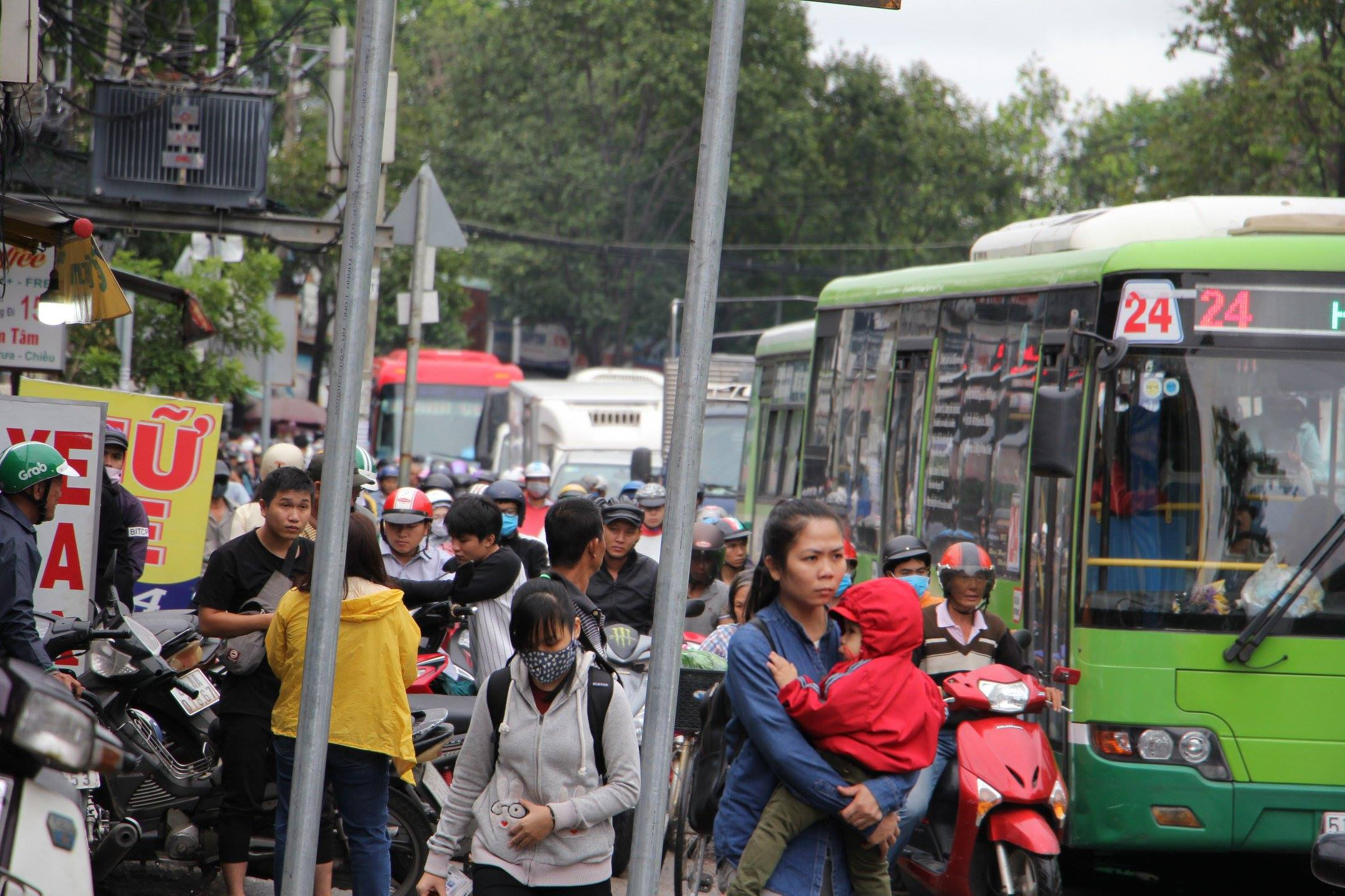 TPHCM ngập, giao thông ùn ứ sau cơn mưa kéo dài do ảnh hưởng bão số 9 ảnh 27