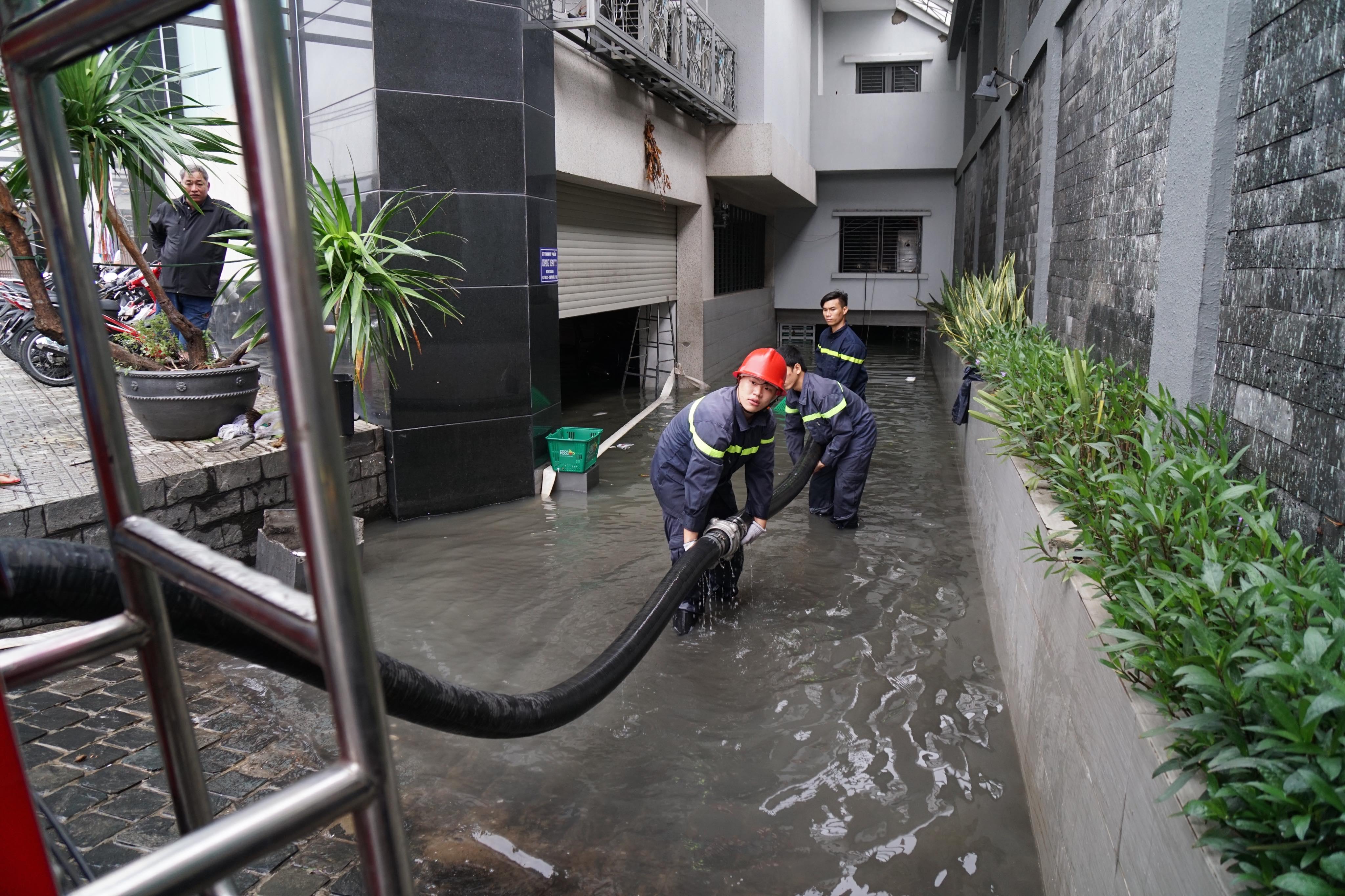 TPHCM ngập, giao thông ùn ứ sau cơn mưa kéo dài do ảnh hưởng bão số 9 ảnh 19