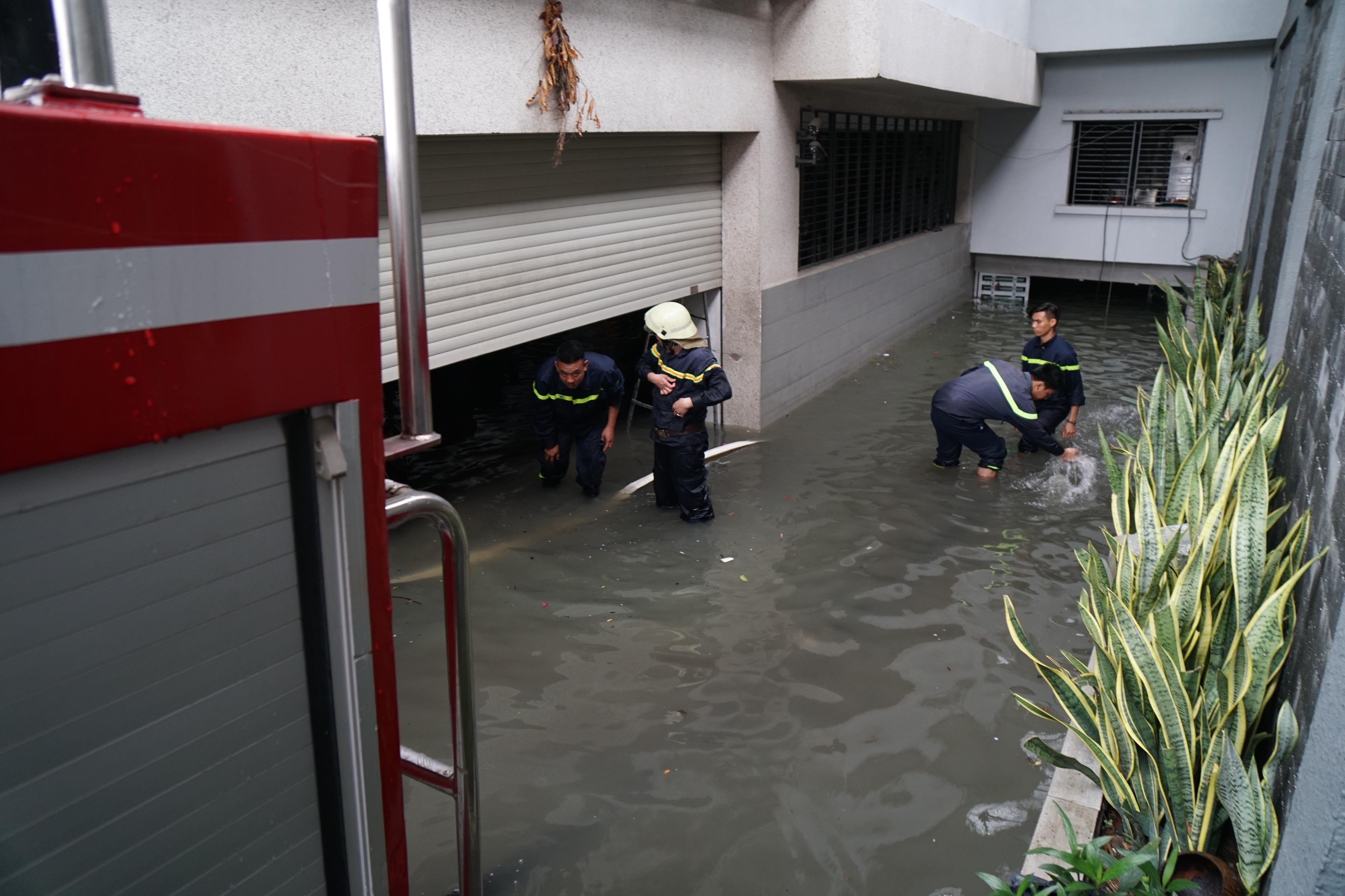 TPHCM ngập, giao thông ùn ứ sau cơn mưa kéo dài do ảnh hưởng bão số 9 ảnh 20