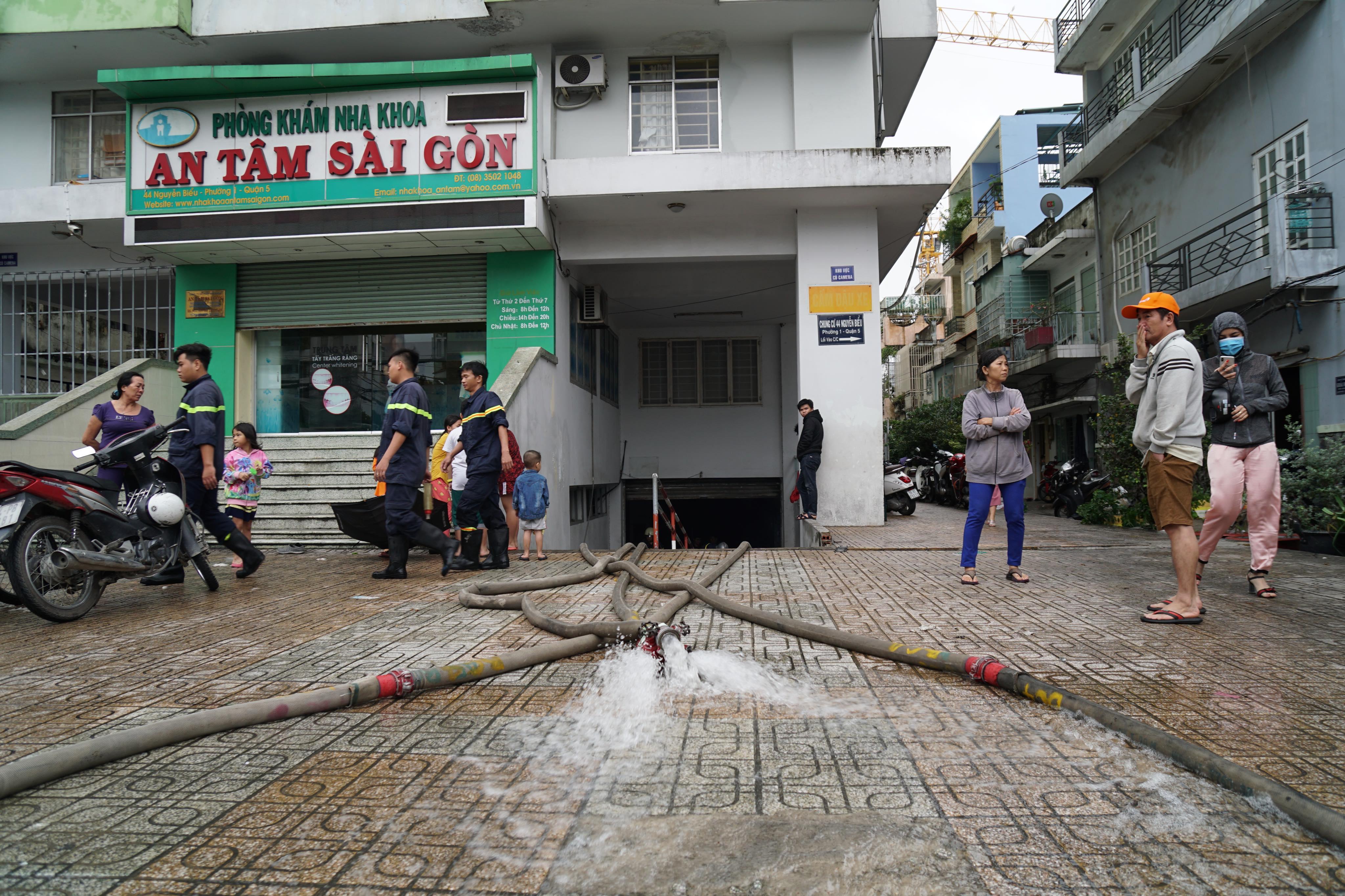 TPHCM ngập, giao thông ùn ứ sau cơn mưa kéo dài do ảnh hưởng bão số 9 ảnh 21