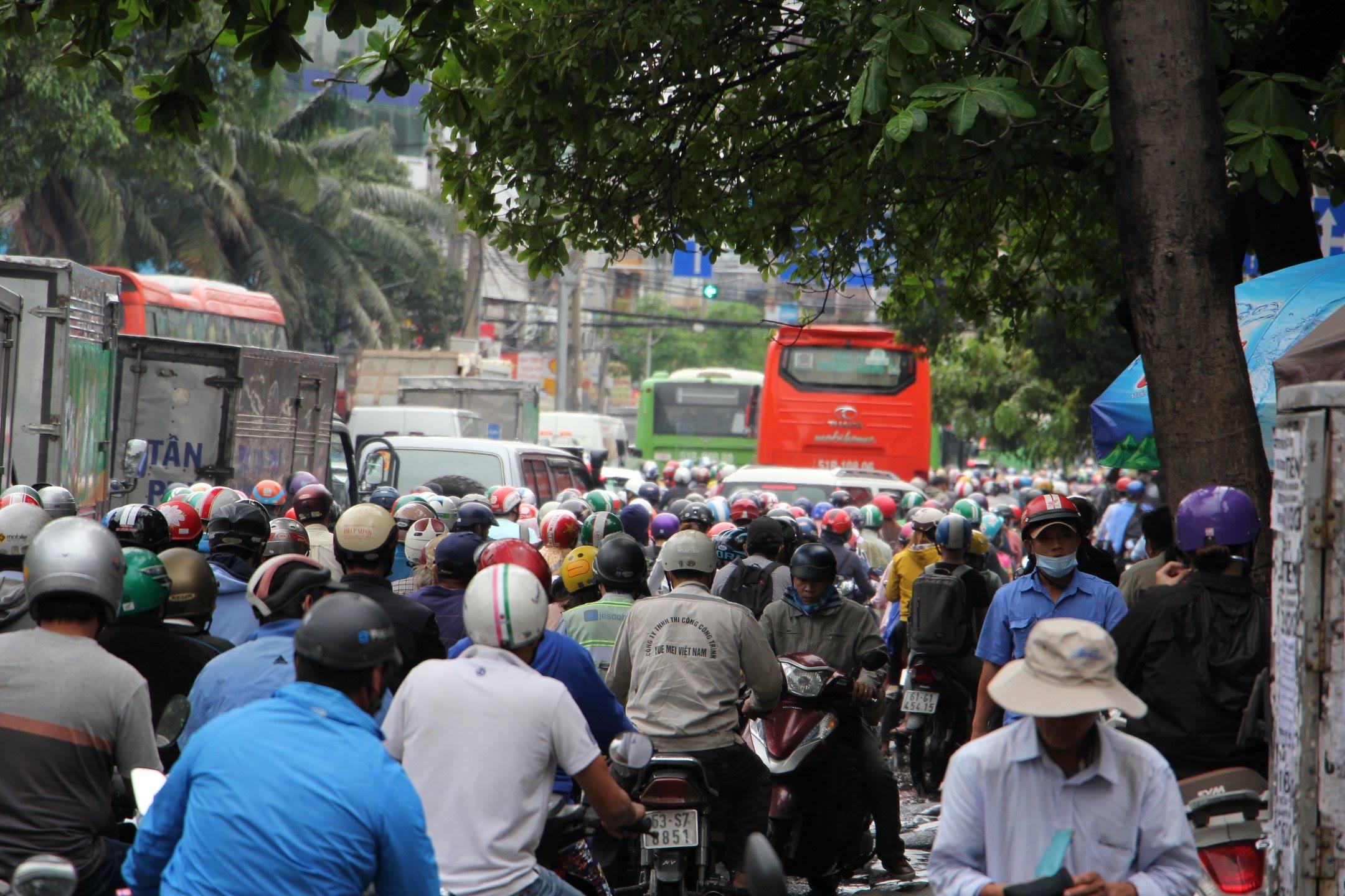 TPHCM ngập, giao thông ùn ứ sau cơn mưa kéo dài do ảnh hưởng bão số 9 ảnh 31