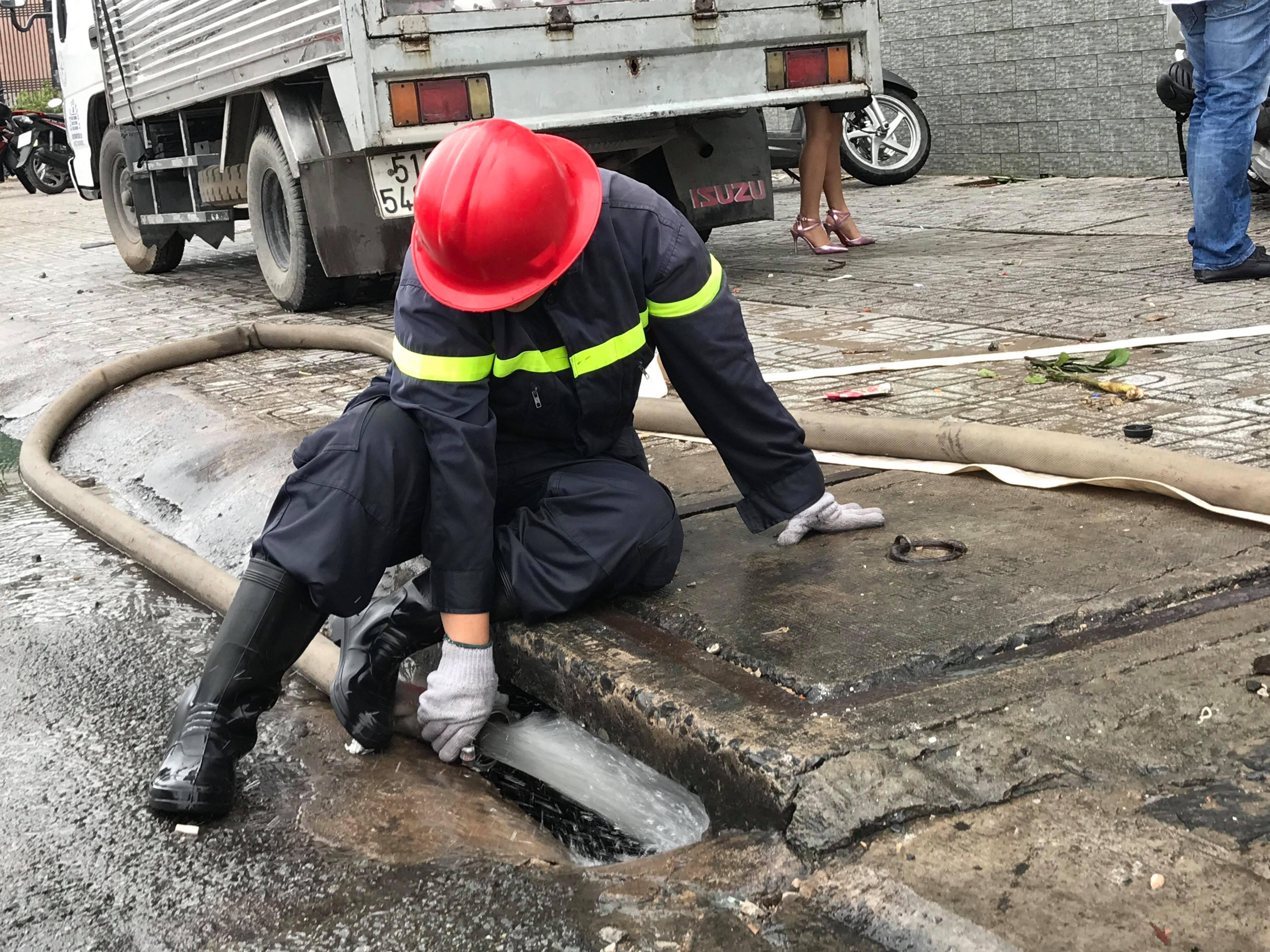 TPHCM ngập, giao thông ùn ứ sau cơn mưa kéo dài do ảnh hưởng bão số 9 ảnh 22