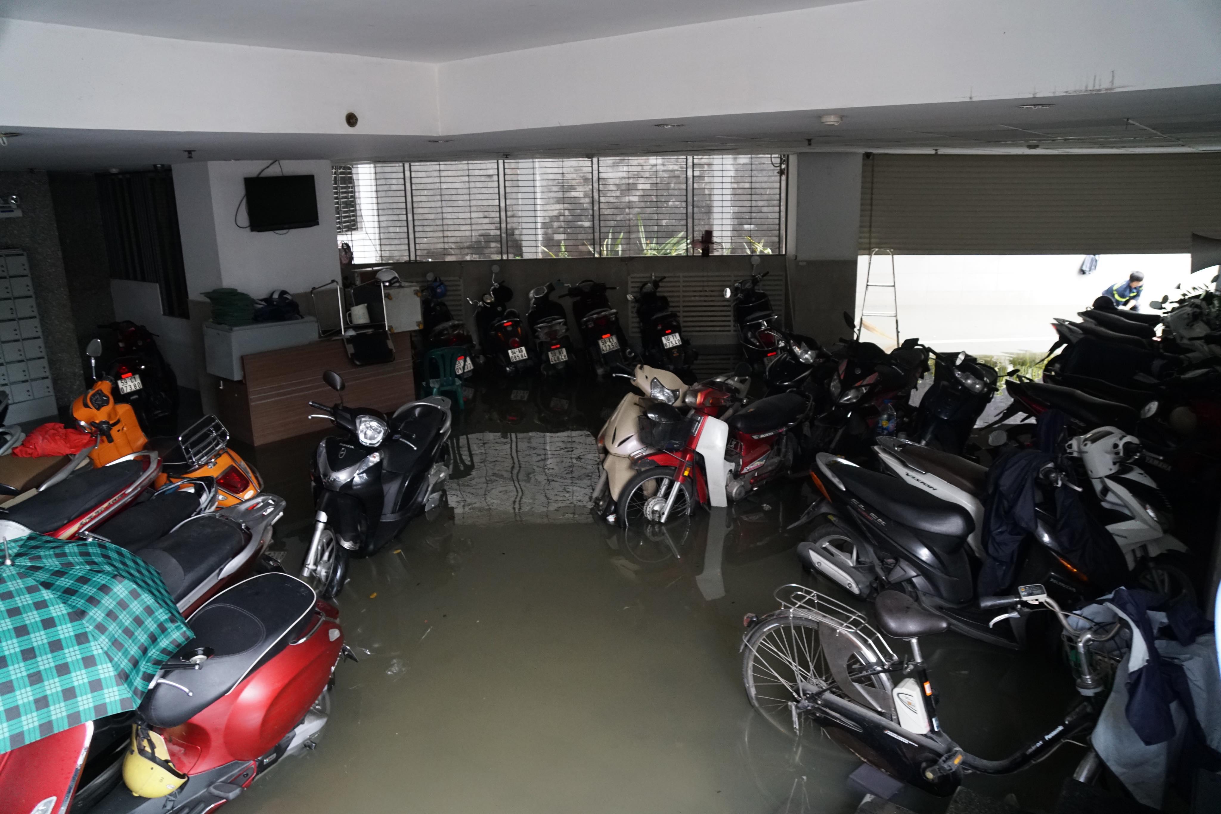 TPHCM ngập, giao thông ùn ứ sau cơn mưa kéo dài do ảnh hưởng bão số 9 ảnh 16
