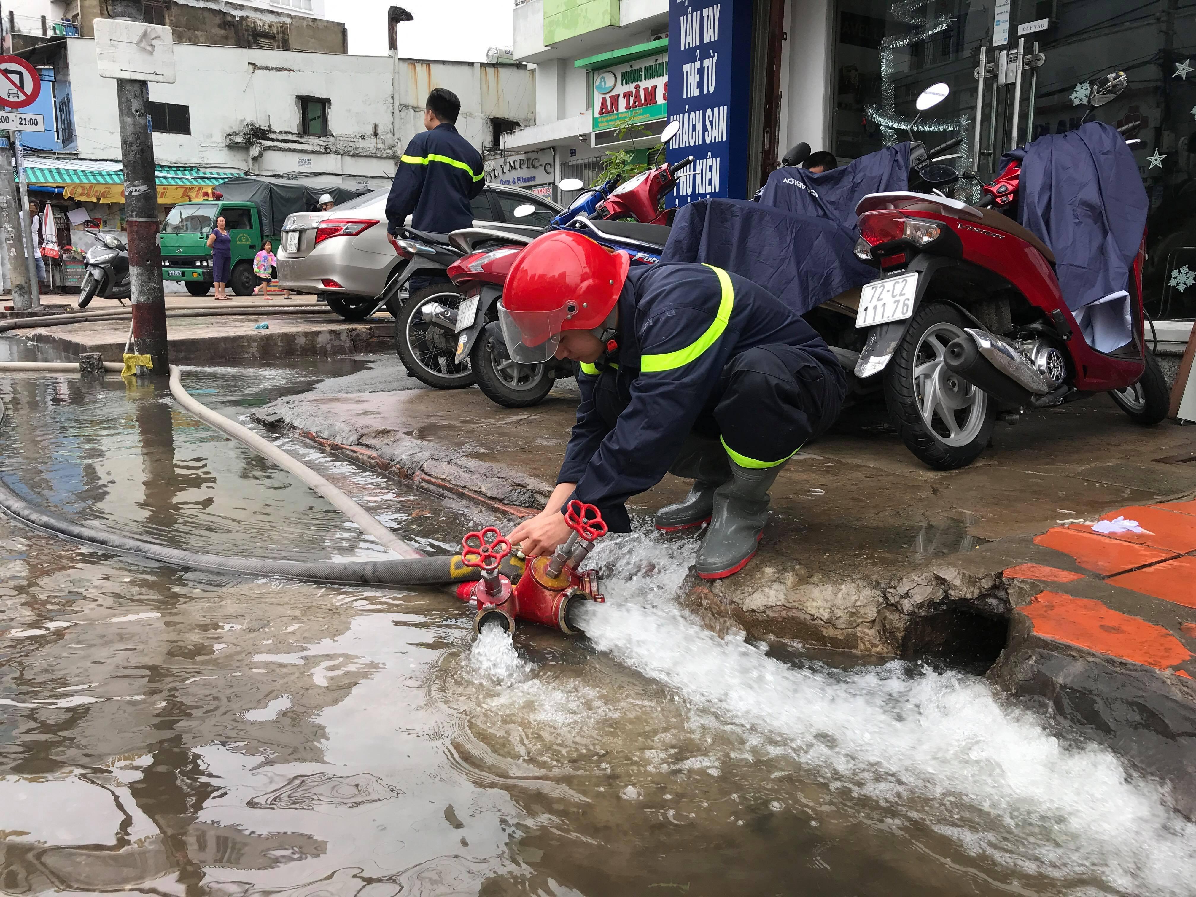 TPHCM ngập, giao thông ùn ứ sau cơn mưa kéo dài do ảnh hưởng bão số 9 ảnh 25