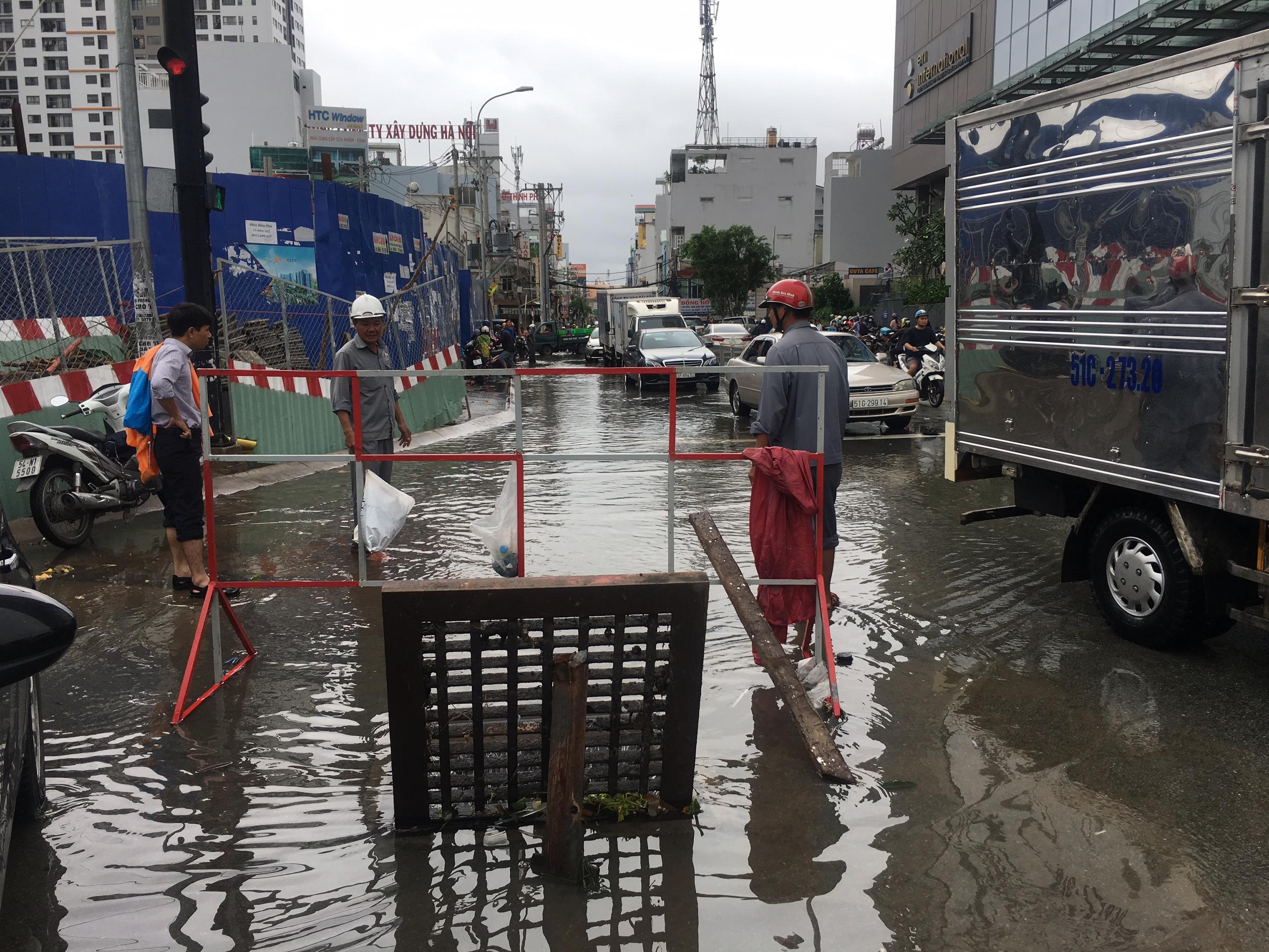 TPHCM ngập, giao thông ùn ứ sau cơn mưa kéo dài do ảnh hưởng bão số 9 ảnh 43