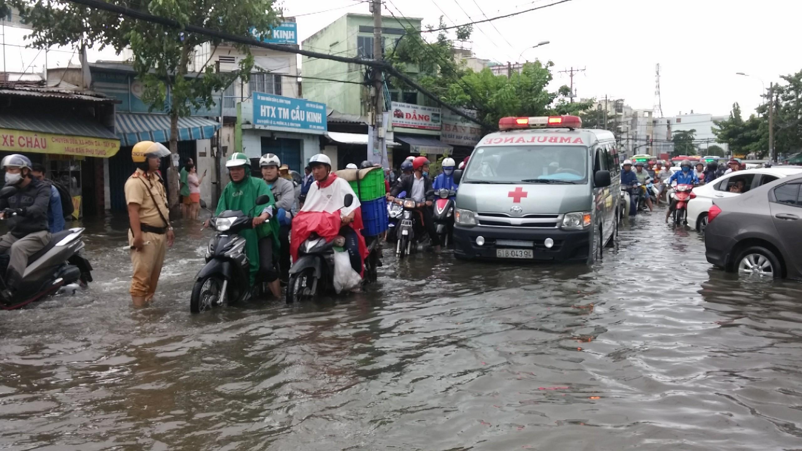 TPHCM ngập, giao thông ùn ứ sau cơn mưa kéo dài do ảnh hưởng bão số 9 ảnh 2