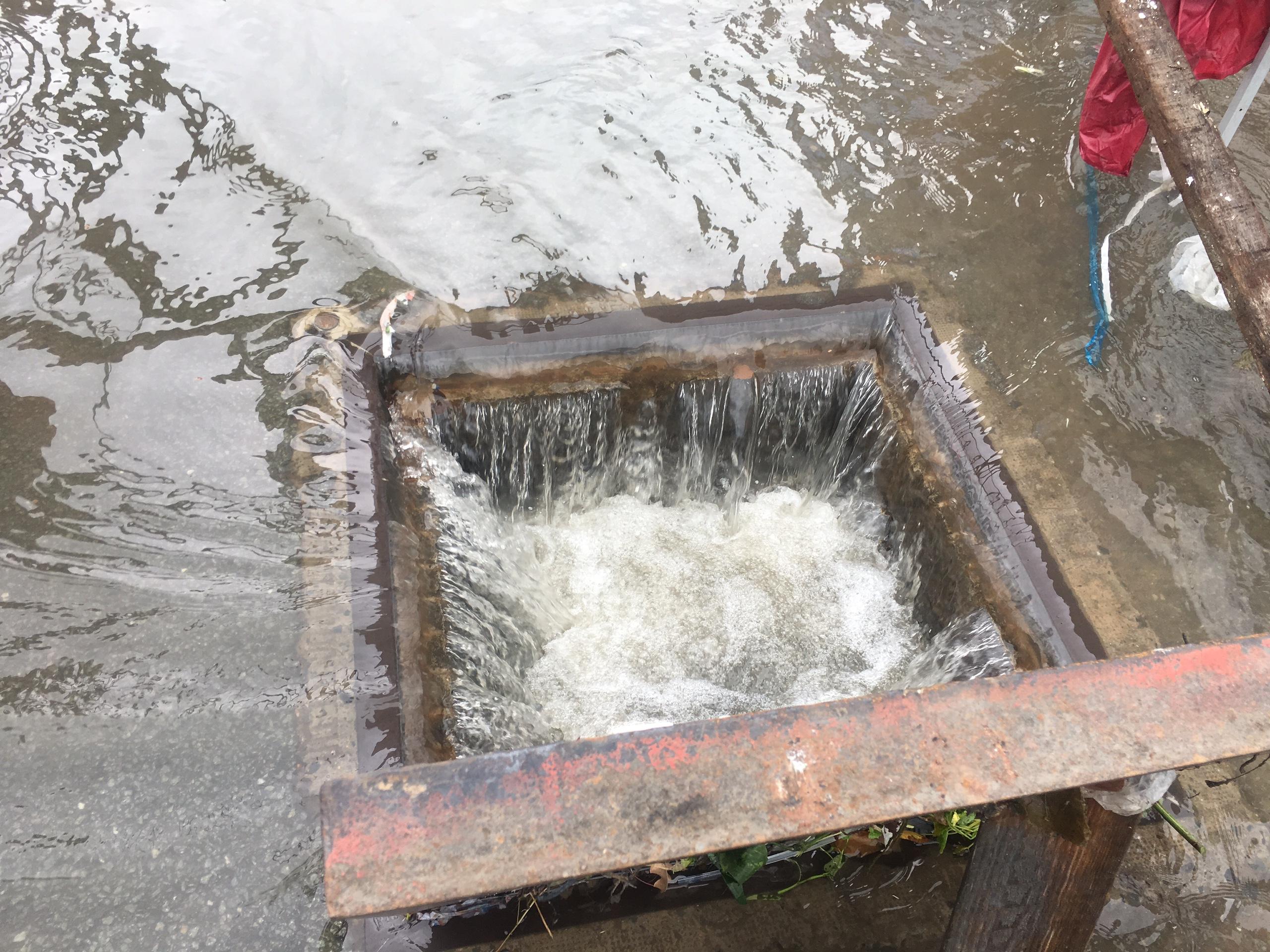 TPHCM ngập, giao thông ùn ứ sau cơn mưa kéo dài do ảnh hưởng bão số 9 ảnh 45