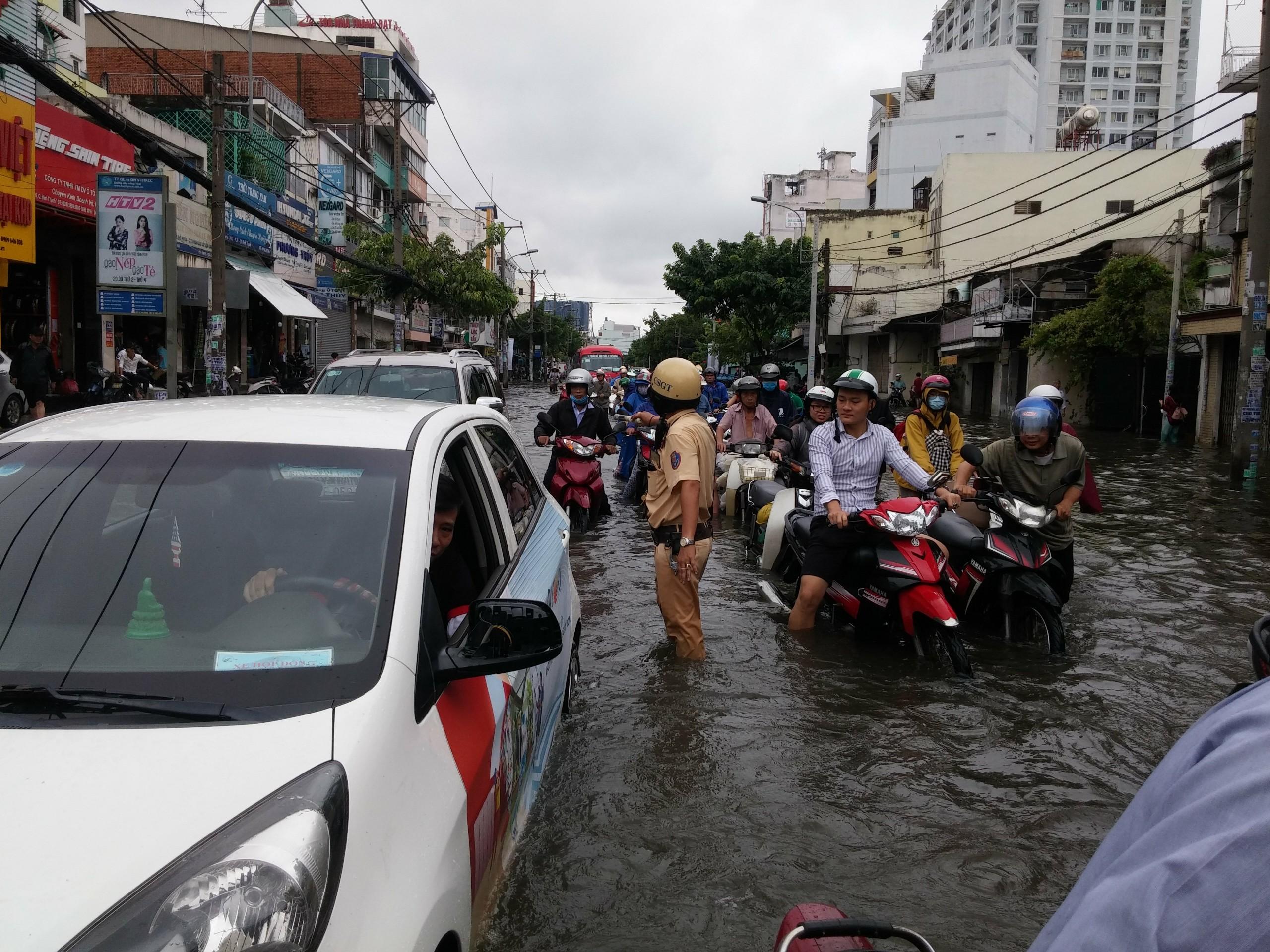 TPHCM ngập, giao thông ùn ứ sau cơn mưa kéo dài do ảnh hưởng bão số 9 ảnh 46