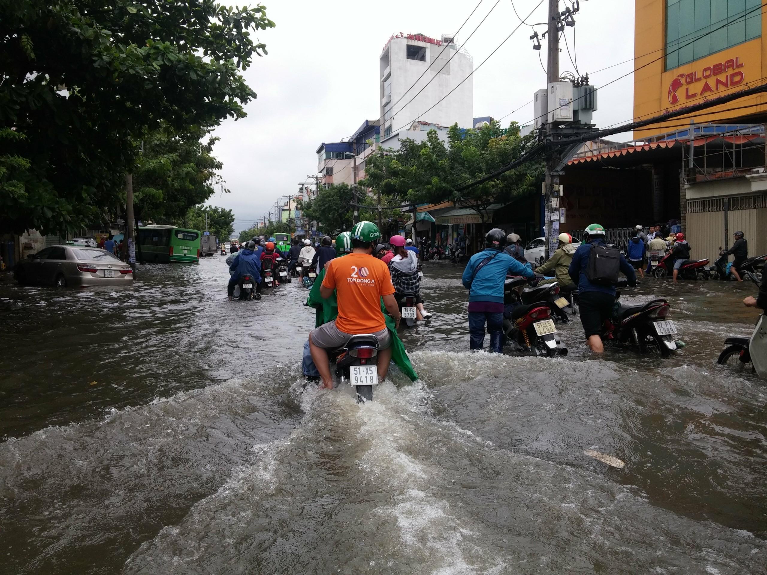 TPHCM ngập, giao thông ùn ứ sau cơn mưa kéo dài do ảnh hưởng bão số 9 ảnh 47