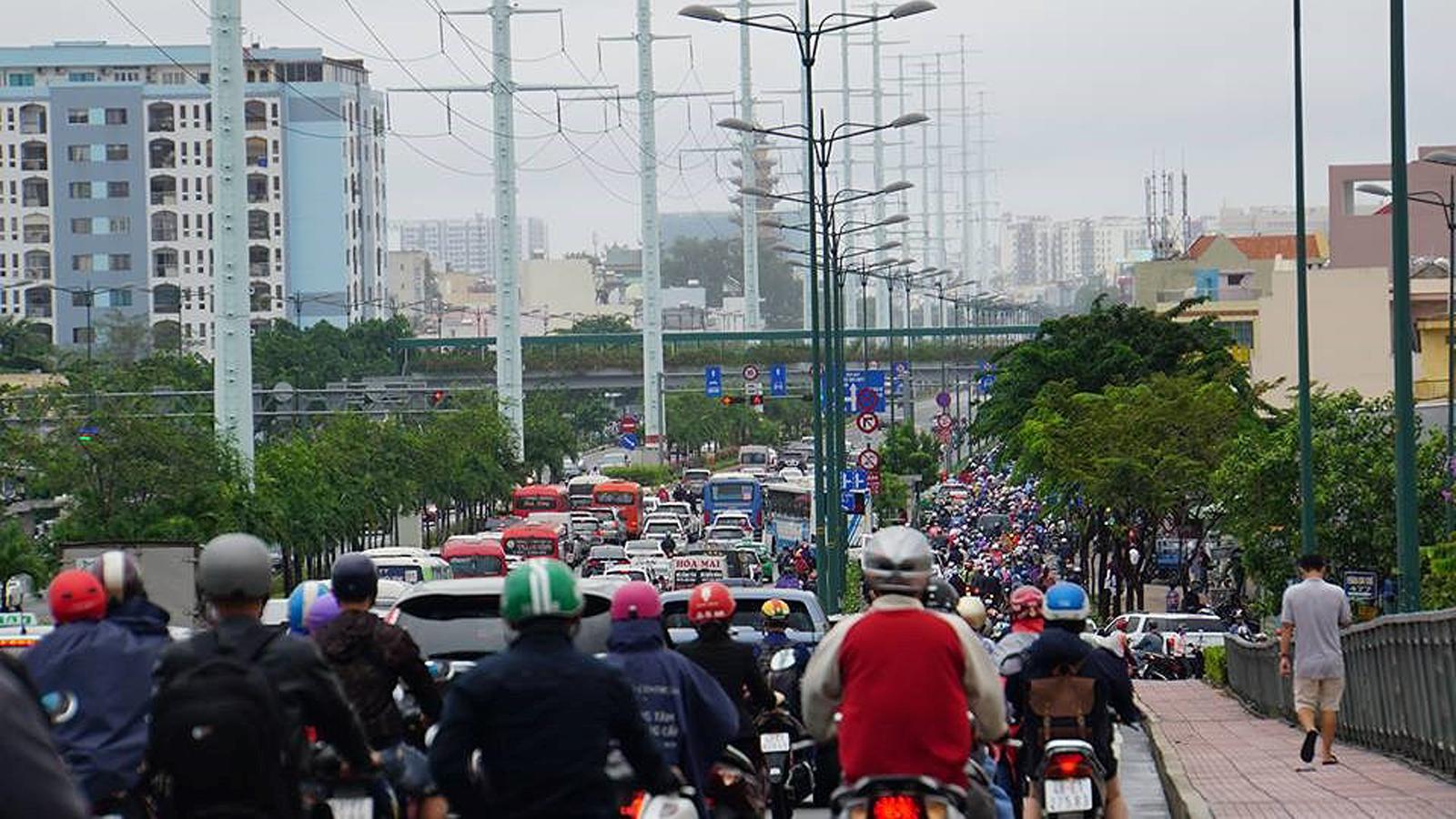 TPHCM ngập, giao thông ùn ứ sau cơn mưa kéo dài do ảnh hưởng bão số 9 ảnh 39