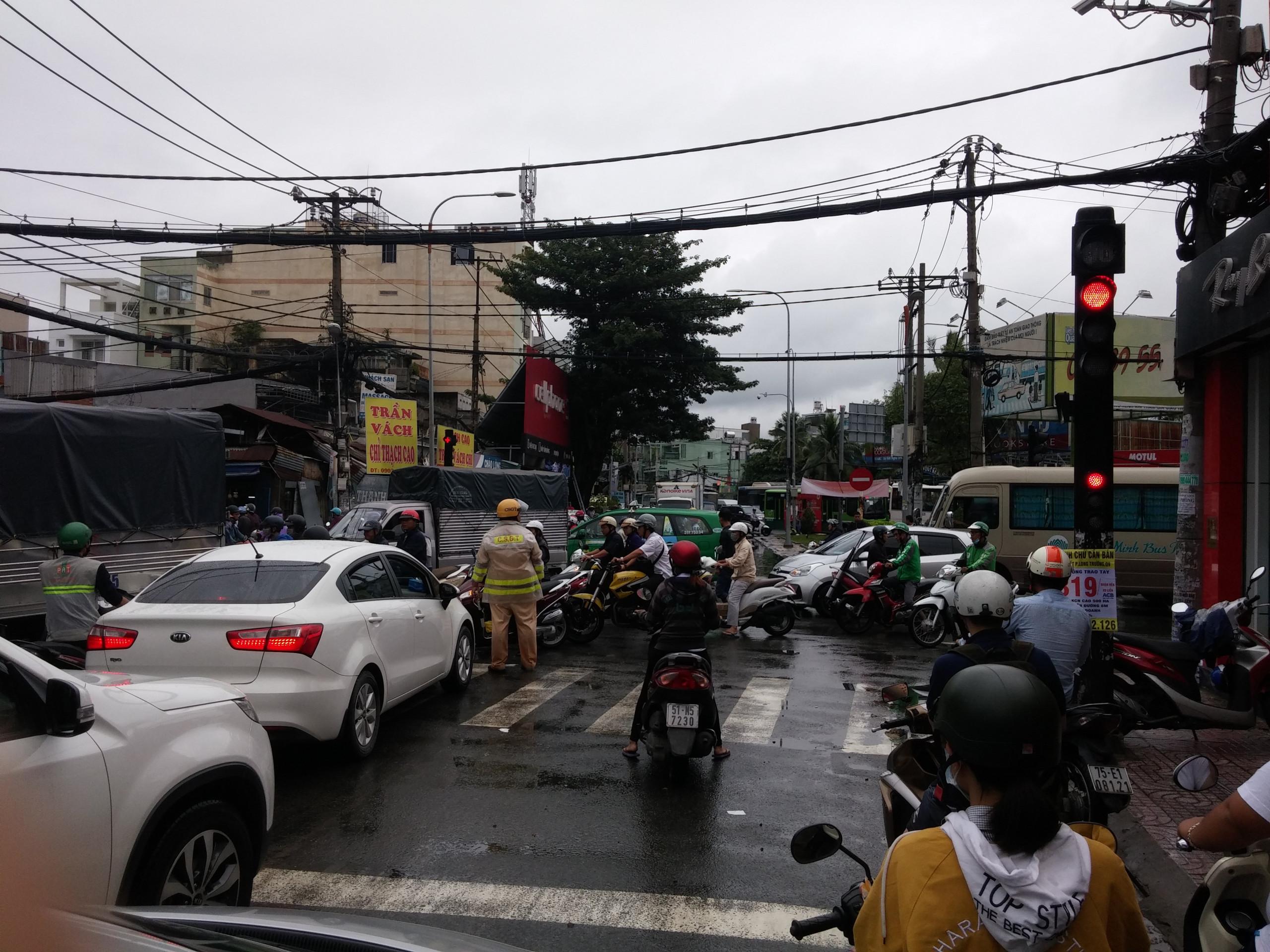 TPHCM ngập, giao thông ùn ứ sau cơn mưa kéo dài do ảnh hưởng bão số 9 ảnh 48